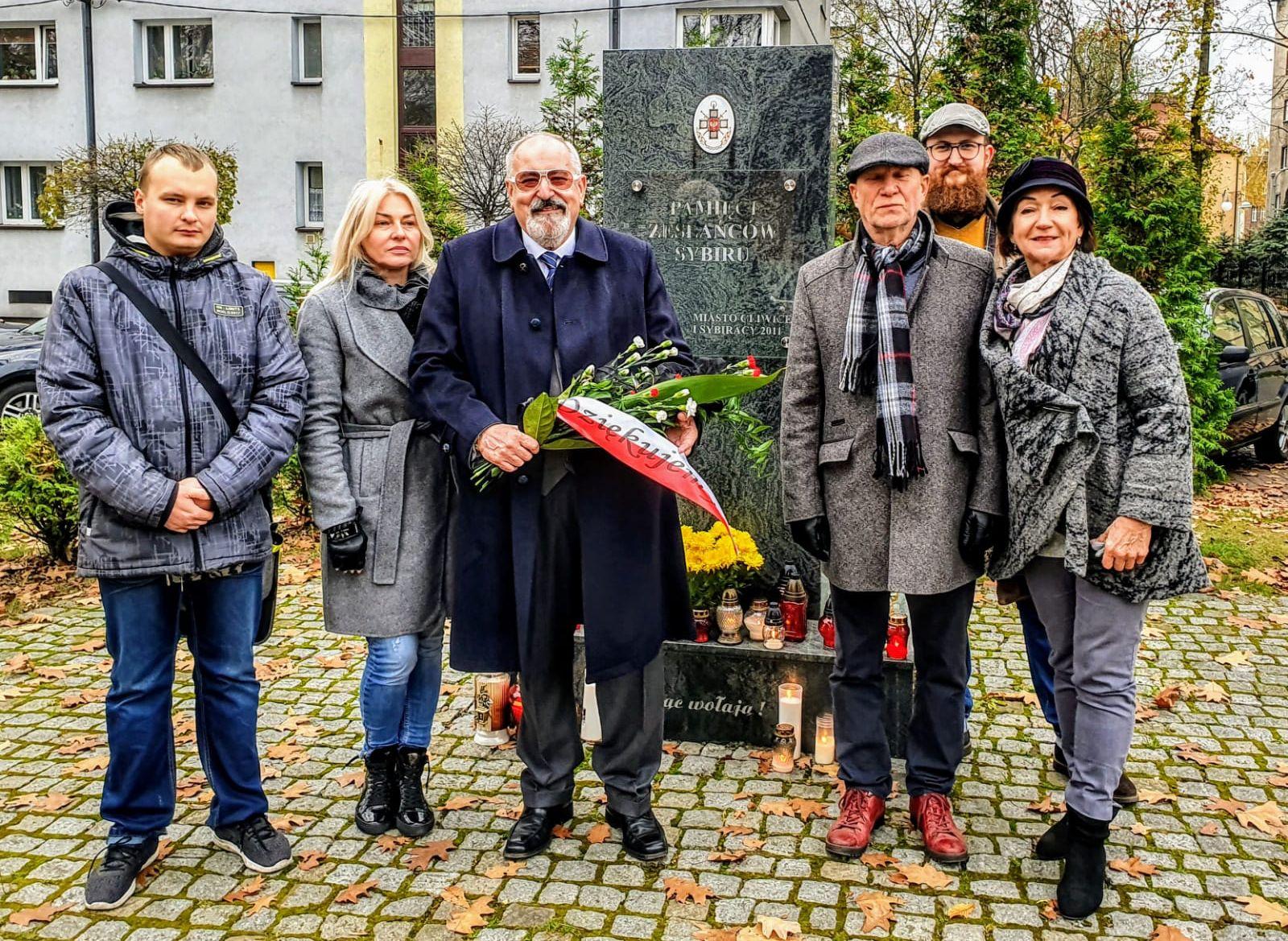 Składanie kwiatów pod pomnikiem Sybiraków oraz na grobie obrońcy Lwowa