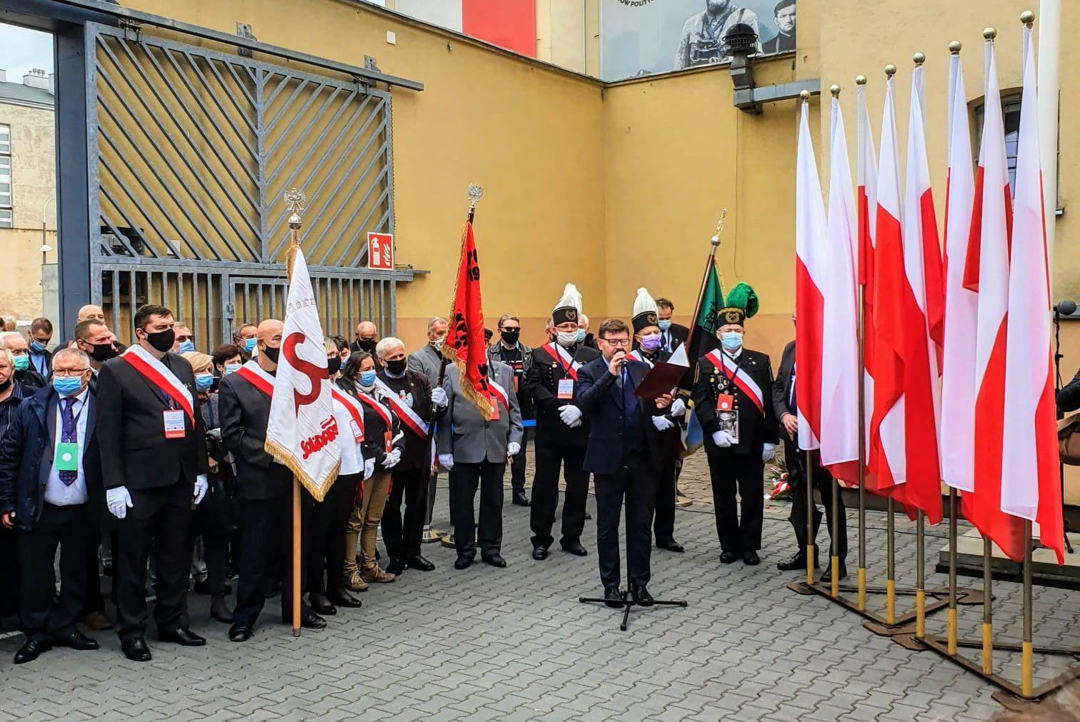 Odsłonięcie tablicy pamiątkowej w Muzeum Żołnierzy Wyklętych w pierwszą rocznicę śmierci Kornela Morawieckiego