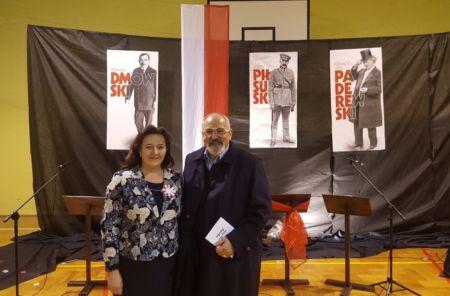 Uroczystość z okazji 100. rocznicy odzyskania Niepodległości RP - dyrektor szkoły Mariola Dumin-Kowal oraz konsul Janusz Krzywoszyński