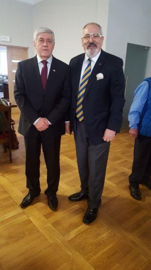Konsul Janusz Krzywoszyński wraz z prezesem stowarzyszenia dr Zygmuntem Partyką