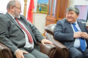Były wice-ambasador RP w Austrii Pan Stefan Radomski w rozmowie z ambasadorem Kirgistanu, Jego Ekscelencją, Ermek Ibraimov