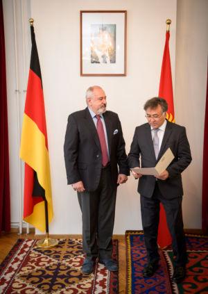 Moment wręczenia drugiej nominacji na konsula honorowego Republiki Kirgiskiej w ambasadzie w Berlinie, przez Jego Ekscelencję, Pana ambasadora Erinesa Otorbajewa