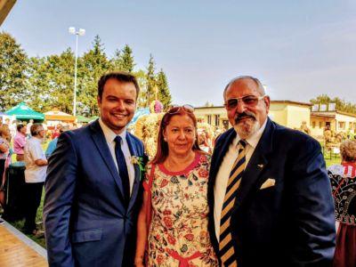 Od lewej: Przewodniczący Sejmiku Województwa Małopolskiego Rafał Bochenek oraz Konsul Janusz Krzywoszyński z małżonką.
