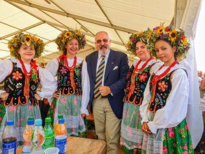 Konsul w otoczeniu dziewcząt z Koła Gospodyń Wiejskich ze Spytkowic.