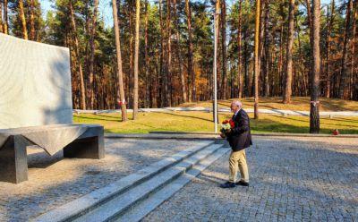 Za ołtarzem stoi wielka ściana z wypisanymi tysiącami nazwisk obywateli RP zamordowanych za ich polskość.