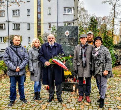 Składanie kwiatów pod pomnikiem Sybiraków