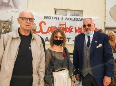 Znani działacze Solidarności Walczącej : Andrzej Kołodziej oraz znana i ceniona artystka - rzezbiarka Ludwika Ogorzelec.