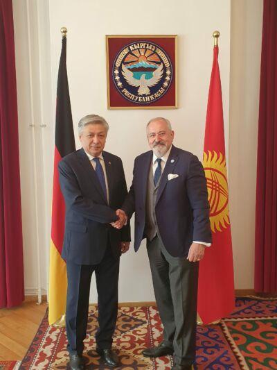Jego Ekscelencja Ambasador Republiki Kirgiskiej w Niemczech Erlan Abdyldaev. Wieloletni Minister Spraw Zagranicznych.
